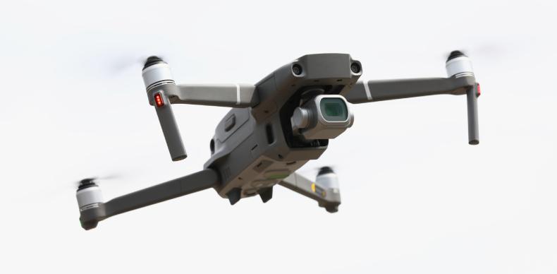画像に alt 属性が指定されていません。ファイル名: silvery-drone-flies-in-sky-drone-aerial-photography-1.jpg